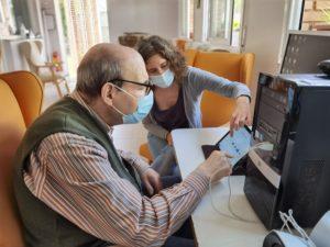 Usuari del Centre Ocupacional fent activitats d'estimulació cognitiva