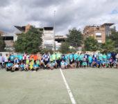 Foto de grup dels jugadors i jugadores del Torneig de futbol inclusiu